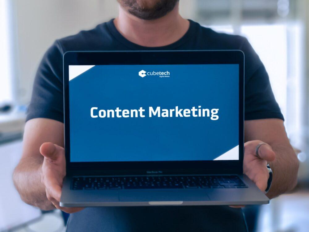 Mann mit Laptop in der Hand, worauf steht Content Marketing Ideen
